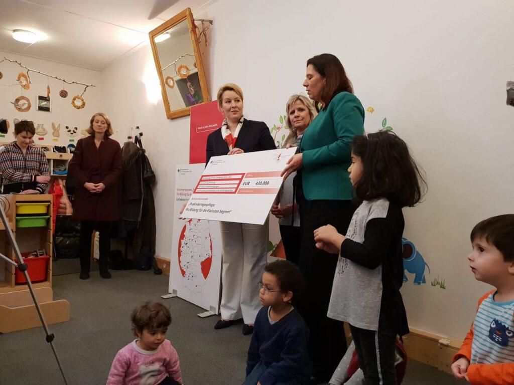 Ministerin Dr. Giffey links, Mitte Angelika Sauermann, rechts Senatorin Scheeres